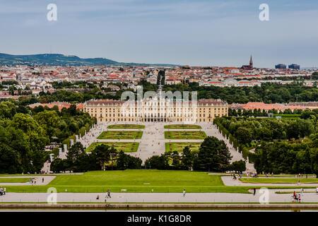 Una vista dalla Gloriette il castello di Schönbrunn e a Vienna Foto Stock