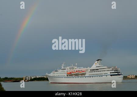 Londra, UK, 14 agosto 2017 Crociera Ocean Maestà lascia il fiume Tamigi, Londra, dopo una porta di chiamata Foto Stock