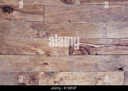 Vecchio graffiato di parquet in legno duro nella necessità