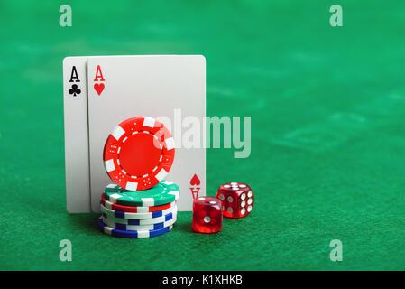 Casino Poker chips, i dadi e le carte sul tavolo verde dello sfondo con copia spazio per il testo Foto Stock