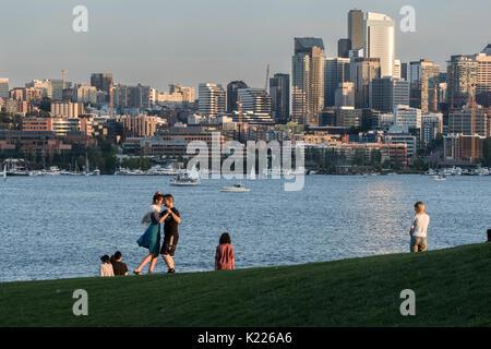 Coppia danzante in lavori Gas Park, il Lago Union, Seattle, Washington, Stati Uniti d'America