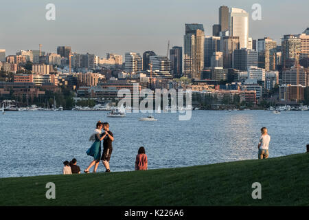 Coppia danzante in lavori Gas Park, il Lago Union, Seattle, Washington, Stati Uniti d'America Foto Stock