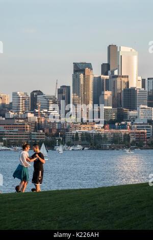 Coppia danzante in lavori Gas Park, il Lago Union, Seattle, Washington, Stati Uniti d'America Foto Stock