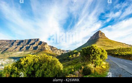 Tramonto sul Monte Table e la Lions Head e i dodici Apostoli. Visto dalla strada di Signal Hill a Città del Capo, Foto Stock