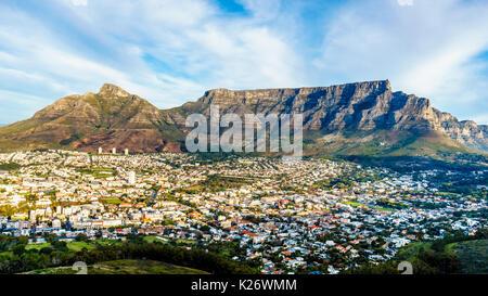 Tramonto sul Cape Town, Table Mountain Devils Peak, Lions Head e i dodici Apostoli. Visto dalla strada di Signal Foto Stock