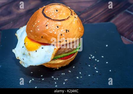 Il ristorante era delizioso hamburger con uovo fritto Foto Stock