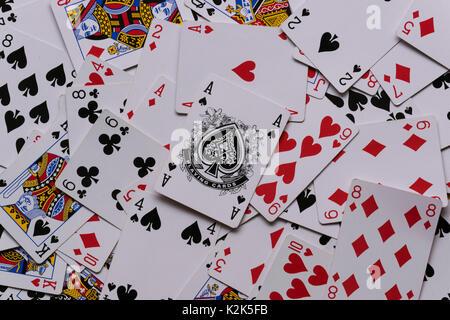 Un mazzo di carte in un mucchio disordinato che mostra l'asso di picche sulla parte superiore della pila. Foto Stock
