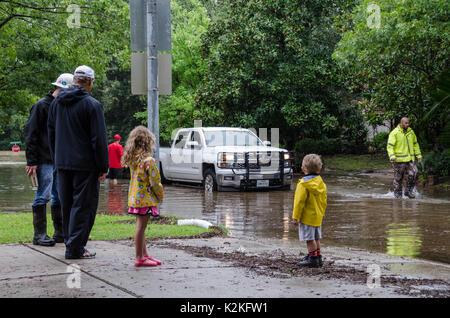 Houston, Texas. Il 30 agosto, 2017. I bambini a guardare la guida di automezzi pesanti da come volontari il lancio Foto Stock