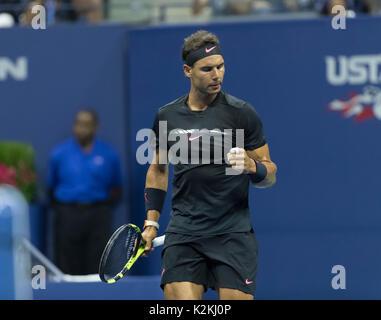 New York, NY, STATI UNITI D'AMERICA. Il 31 agosto, 2017: Rafael Nadal di Spagna reagisce durante il match contro Foto Stock