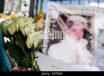 Londra, Regno Unito. 31 Agosto, 2017. Persone fiori di laici e carte presso il cancello di Kensington Palace per Foto Stock