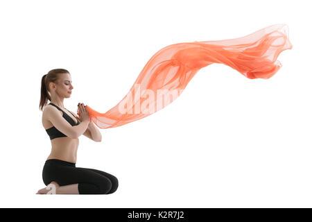 Yuong ragazza fare yoga posa con panno rosso Foto Stock