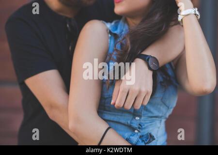 Ritagliato ritratto della coppia giovane abbracciando insieme Foto Stock