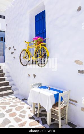 Vecchie strade di Grecia,vista con tradizionale taverna e bicicletta,Naxos. Foto Stock