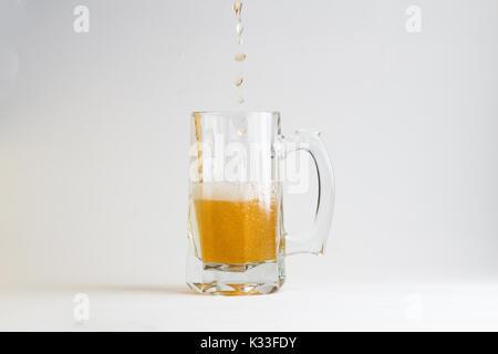Bicchiere di birra isolato su sfondo bianco Foto Stock