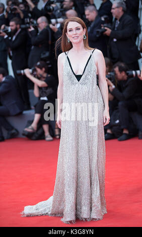 "Venezia, Italia. 2 Sep, 2017. L'attrice Julianne Moore assiste la premiere del film ""uburbicon' in concorso al 74a Foto Stock"
