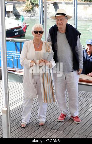 Venezia, Italia. 3 Sep, 2017. Judi Dench e Stephen Frears sono visti durante la 74a Mostra del Cinema di Venezia il 1 settembre 2017 a Venezia, Italia. Credito: Graziano Quaglia/Alamy Live News
