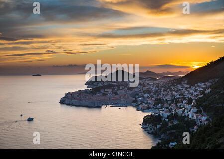 La città di Dubrovnik al tramonto (Dubrovnik, Dubrovnik-Neretva county, regione di Dalmazia, Croazia, Europa) Foto Stock