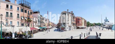 Panorama di Via Giuseppe Garibaldi e Riva Sette Martiri, Castello, Venezia, Veneto, Italia in una calda giornata Foto Stock