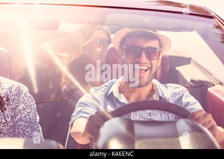 Bella amico di partito di ragazze che ballano in auto sulla spiaggia felice Foto Stock