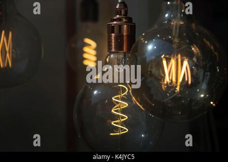 Una selezione di stile vintage lampadine a filamento incandescente nella vetrina di un negozio. Credito: terry applin Foto Stock