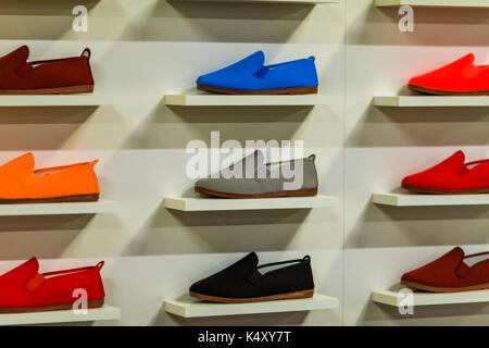 a3dc11d7418ec4 ... Il negozio di calzature sfondo su un centro commerciale per lo  shopping. Foto Stock
