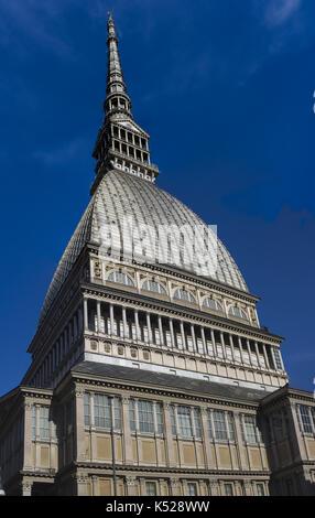 Vista l'enorme cupola della Mole Antonelliana, Torino, Italia Foto Stock