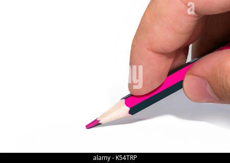 Mano d'uomo tiene a due tonalità di colore matita bianca su sfondo isolato. matite con doppio colo Foto Stock
