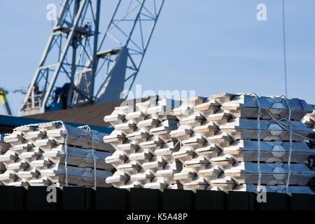 Lingotti di Alluminio in attesa per il trasporto nel porto di Rotterdam Foto Stock