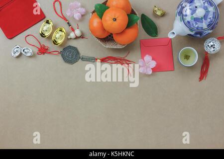 Vista al di sopra della sommità delle decorazioni per il nuovo anno cinese sfondo festosa concetto.mix varietà accessorio Foto Stock