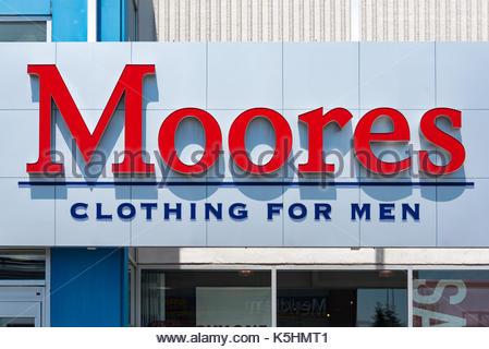 outlet store da283 5b88d Moores di abbigliamento per uomini segno negozio all'entrata ...