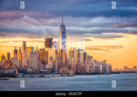 New York City financial district sul fiume Hudson all'alba. Foto Stock
