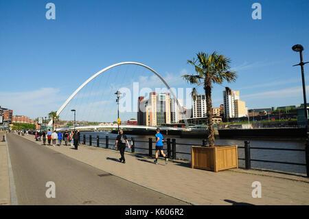 Newcastle upon tyne, Gateshead con il tyne ponte sul fiume Tyne, Tyne and Wear, tyneside, England, Regno Unito Foto Stock