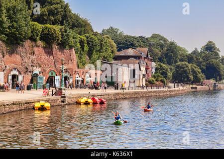 21 giugno 2017: Exeter Devon, Inghilterra, Regno Unito - il fiume exe a Exeter quay, con negozi e persone in kayak Foto Stock