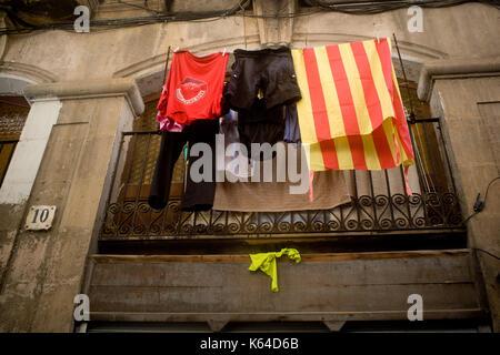 Barcellona, Spagna. Undicesimo Sep, 2017. Una bandiera catalana pende da un balcone a Barcellona durante la Catalogna Foto Stock