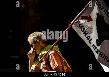 Barcellona, Spagna. Undicesimo Sep, 2017. Un basco pro-indipendenza attivista con la sua bandiera è visto sul 'diada' Foto Stock