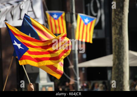 Barcellona, Spagna. Undicesimo Sep, 2017. persone che partecipano con il catalano independentist simboli a diada, Foto Stock