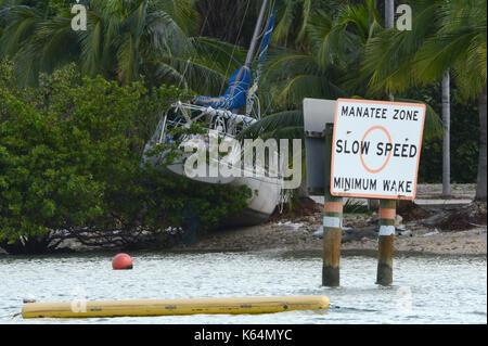 Una vista di una barca sul terreno dopo l uragano irma a Miami, Florida, Stati Uniti, 11 settembre 2017. irma sinistra Foto Stock