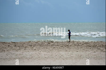 Miami, Stati Uniti d'America. Undicesimo Sep, 2017. Un uomo che si trova di fronte a una spiaggia dopo l uragano Foto Stock