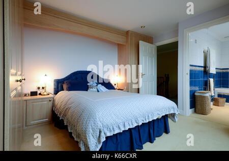 Camera da letto con stanza da bagno con doccia Foto & Immagine Stock ...