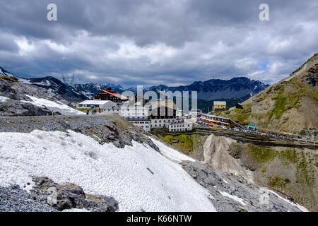 Edifici sulla sommità del passo dello Stelvio, il passo dello Stelvio, a 2.757 metri sopra il livello del mare Foto Stock