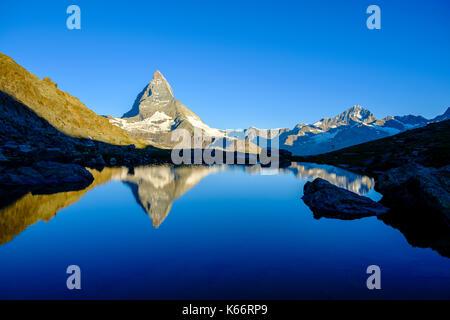 La parete est del Cervino, Monte Cervino, mirroring nel lago riffelsee presso sunrise Foto Stock
