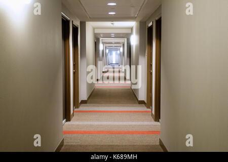 Lungo Il Corridoio In Inglese : Vuoto corridoio hotel architettura luci vacuità corridoio