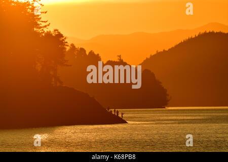 Un bellissimo tramonto al collo Point park appena a nord di Piper's Lagoon sull'Isola di Vancouver British Columbia, Canada.