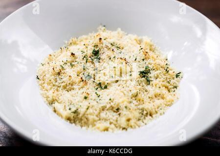 Gourmet mac cremosa e formaggio maccheroni piatto di pasta con formaggi misti Foto Stock