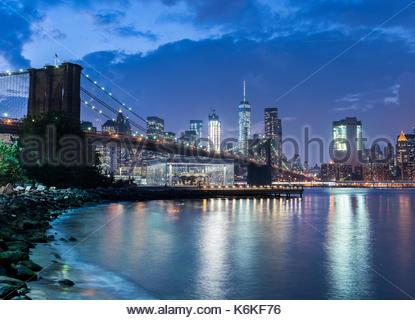 Vista di Manhattan e del Ponte di Brooklyn di New York si illuminano di notte. Foto Stock