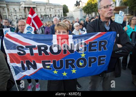 Londra, Regno Unito. Xiii Sep, 2017. La gente ascolta un altoparlante durante un rally in Trafalgar square e chiede al governo di garantire i diritti dei cittadini UE che risiedono nel Regno Unito post-Brexit. Credito: Thabo Jaiyesimi/Alamy Live News Foto Stock