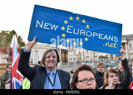 Londra, Regno Unito. Xiii Sep, 2017. Le persone si radunano in Trafalgar Square per un rally di campagna elettorale per proteggere e salvaguardare i diritti dei cittadini dell' Unione europea nel Regno Unito e per i cittadini britannici nell'UE in modo che essi possano continuare a vivere la loro vita come prima della votazione Brexit. Credito: Stephen Chung/Alamy Live News Foto Stock