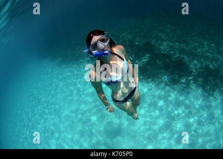 Le donne lo snorkeling a Menorca a Cala Blanca Foto Stock