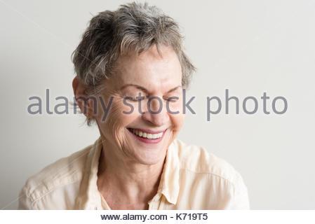Testa e spalle vista della donna più anziana con corti capelli grigi a  ridere con gli 3e17b491b194
