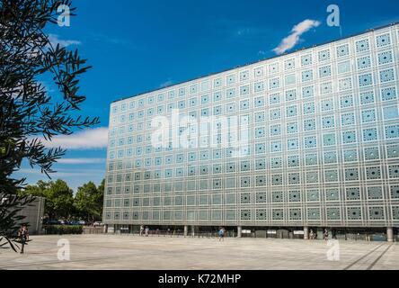 Francia, Parigi, terrazza dell'Institut du Monde Arabe progettato dagli architetti, Jean Nouvel e Architecture-Studio1, Foto Stock